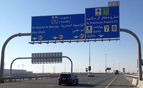 Exit 13 auf der E 11, Sheikh Zayed Road, dem Dubai-Abu-Dhabi-Highway im Emirat Dubai
