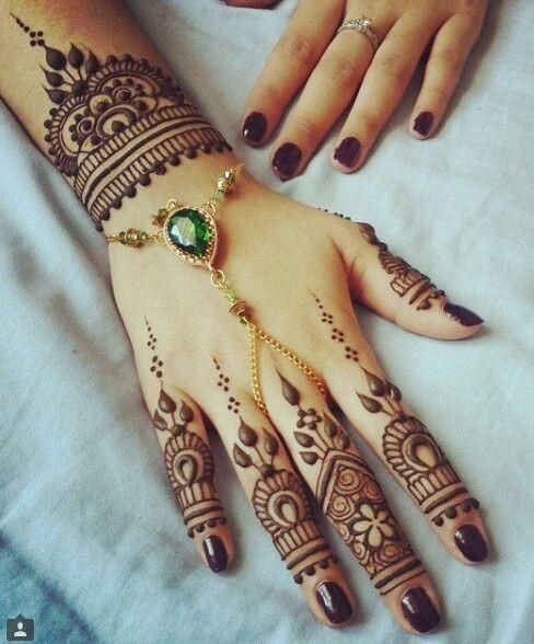 elegante_desenho_de_tatuagem_de_henna