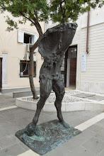 Photo: Dziwna rzeźba na jednym z placyków