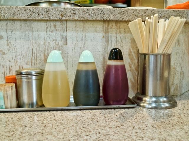 カウンターの卓上調味料とお箸