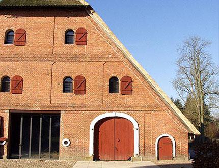 Stara ceglana stodoła z okiennicami