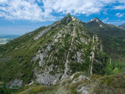 Cingles de Queralt i Sant Pere de Madrona, poc més amunt de la cova