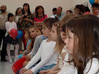 A díjazott gyerekek izgatottan várakoznak.JPG