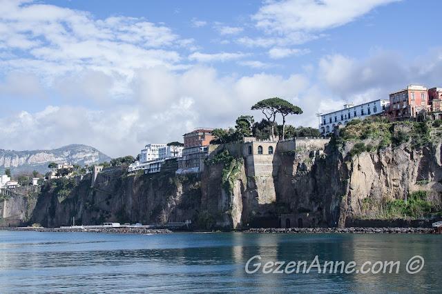 Sorrento'nun dik kayalık deniz kıyısı, Güney İtalya