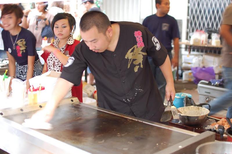 Abang Jepang sedang membersihkan teppan