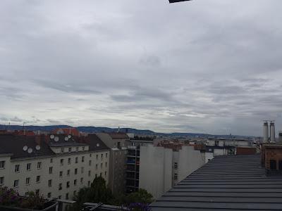Man könnte meinen der Herbst ist eingekehrt. Gestern noch Hitze mit bis zu 34 Grad, heute windig und kühl. Der Westwind weht mit bis zu 40 km/h und die Temperatur bewegt sich derzeit bei 17.8°C, mehr wie 22 Grad sind heute nicht drinnen. #Wetter #Wien #Wettervorschau #Mittwoch