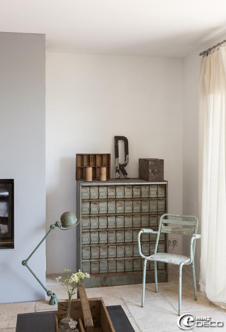 Meuble industriel à fiches, e-boutique 'Esprit de Famille', lampe d'atelier Jieldé et chaise en tube chinées en Ardèche