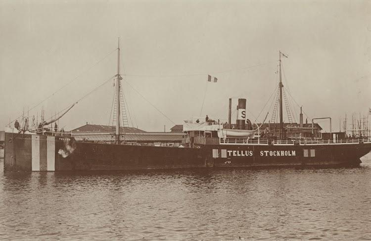El vapor TELLUS con las marcas de neutralidad. Ca. 1915. Fo226023. Sjöhistoriska Museet. Okand Fotograf. De la web Digital Museum.se.jpg
