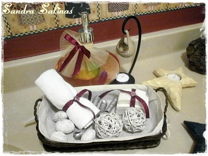 Decorar Baño Toallas:Toalla con listón y charm de piedras rosas, en juego con los jabones