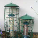Кормушка с двойной защитой от белок. Летом и осенью 28мм - защита от молодых белок. Зимой и весной 34мм - чтобы увеличить разнообразие птиц, например поползней.