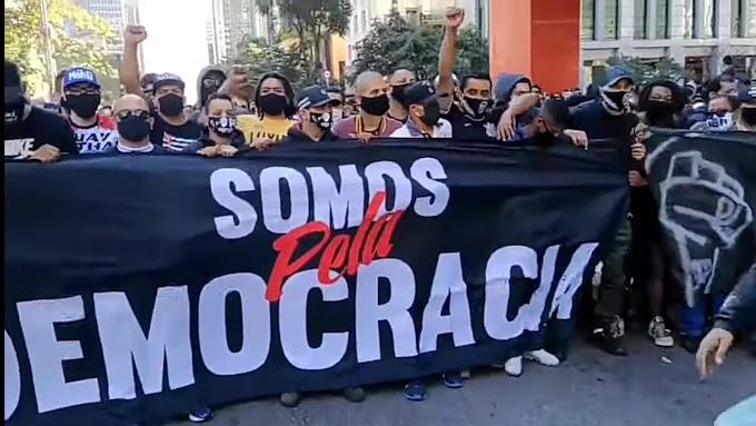 Torcida do Corinthians se une à torcida do Palmeiras para protestar contra fascismo e contra Bolsonaro