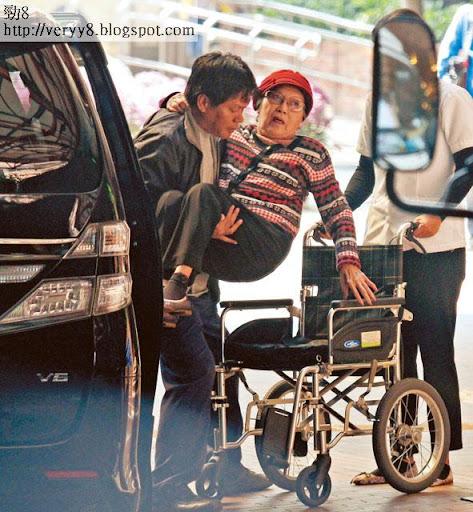 目光散渙 <br><br>上周四( 21日)下午一時,李香琴在外傭陪同下,乘七人車到理工大學的復康治療中心醫病。其間琴姐需由男外傭抱下車放上輪椅。消瘦不少的她,目光欠焦點之餘,雙腳亦纖幼。