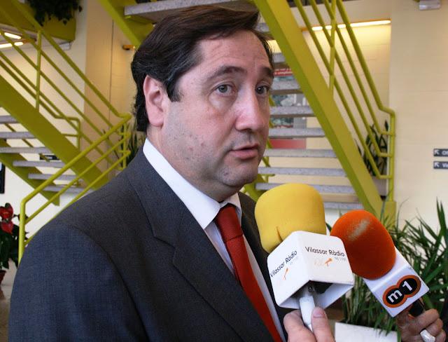 El conseller d'Agricultura, Josep M. Pelegrí, atén els mitjans de comunicació locals al Mercat de Flor i Planta Ornamental de Catalunya.