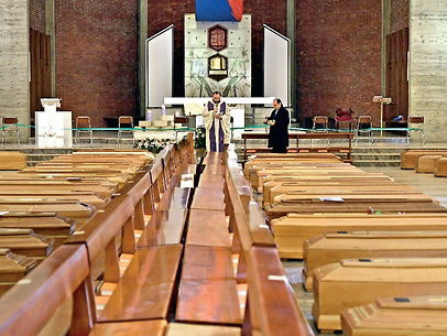 इटली से ग्राउंड रिपोर्ट / लाशों से पटे पड़े हैं चर्च, अपनों को विदा भी नहीं कर पा रहे हैं लोग, सेना ने संभाला मोर्चा