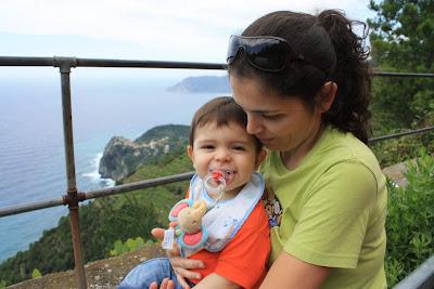 Guilherme e a mãe com uma das Cinque Terre em fundo