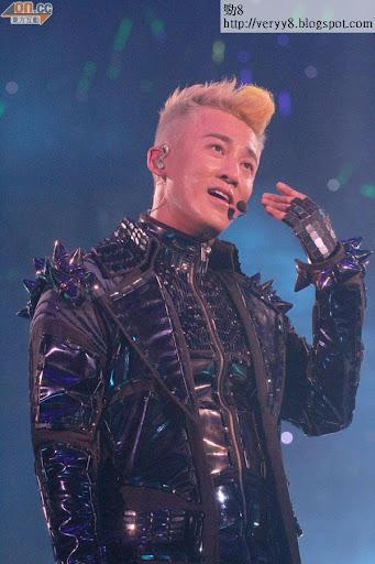 林峰在台上用歌聲傳送愛意。