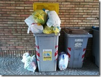 Bidone del multimateriale pieno di spazzatura