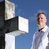 """""""Sou um confessor de caixão"""", diz homem que é pago para revelar segredos dos mortos durante seus funerais"""