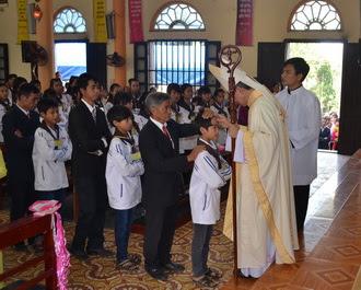 43 em thiếu nhi giáo xứ Hải Nạp được lãnh nhận Bí tích Thêm Sức