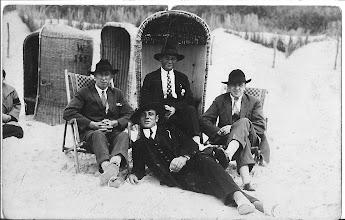"""Photo: Weer zo'n foto de mannen helemaal ingepakt op het strand dat was vroeger zeker zo,  met kostuum aan en hoed op. Op de achterkant staat ''jongens van de vlakte"""" ik weet niet de betekenis er van, misschien kom ik daar nog eens achter. In de rietenstoel mijn vader, links Jaap Zwart, rechts Jan Visser, voorste geen idee."""