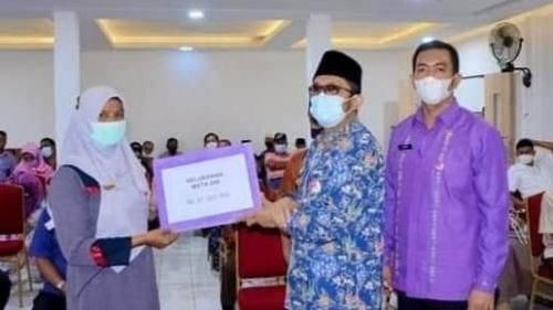Serahkan Dana Operasional Bagi RT/RW Se-Kecamatan Padang Selatan,Begini Pesan Wali Kota Padang!