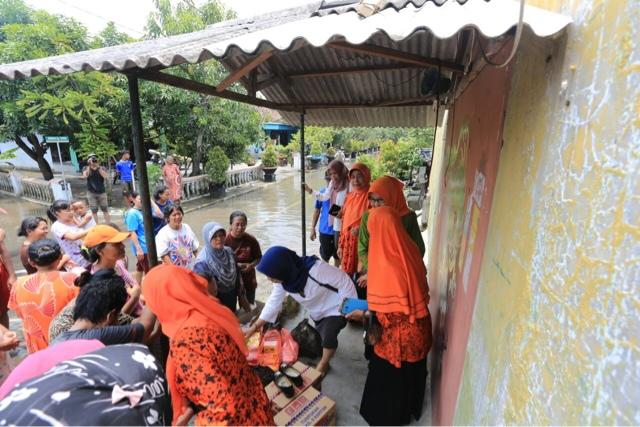 Turun Ke Lokasi Banjir, Istri Walikota Bagi-bagi Nasi Bungkus dan Sembako