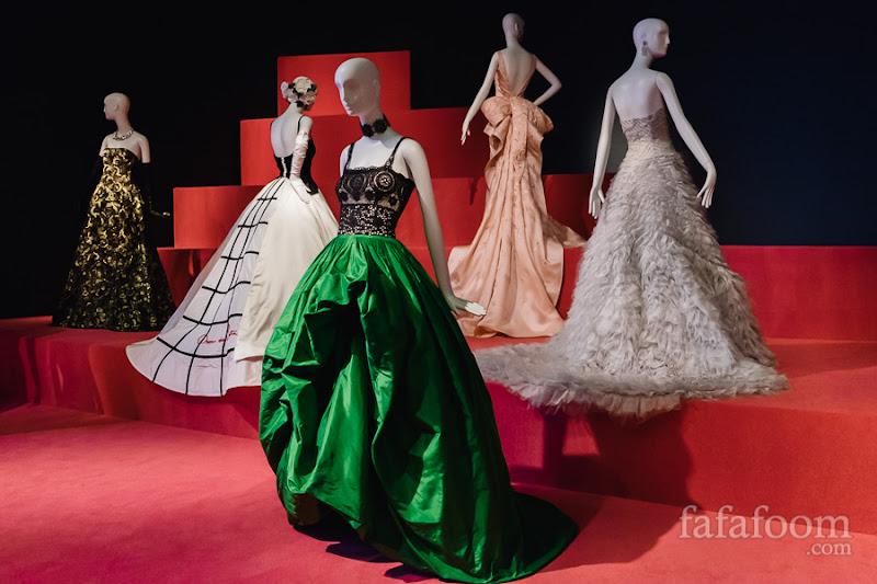 (Center) Oscar de la Renta, Evening dress, Spring 2012.