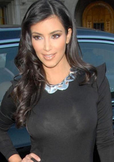 Kim Kardashiam y un vestido escote a caja con manga larga
