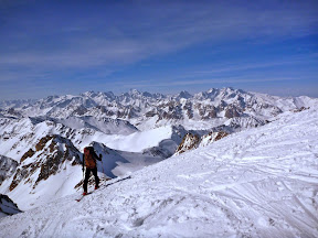 Summit sur fond d'Ecrins: La BArre, le Dôme, La Meije...
