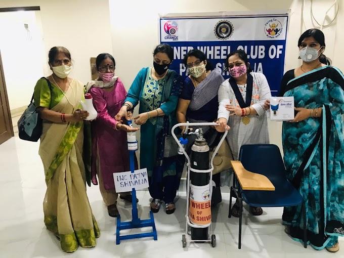 जरूरतमंदों को भोजन और ऑक्सीजन सिलिंडर उपलब्ध करा रही समाजसेवी नुपूर प्रसाद