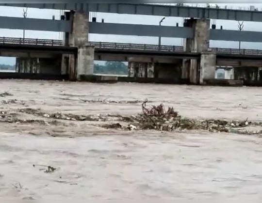 नेपाल में बारिश से बिहार में खतरा: उफान पर गंडक नदी, तटबंध पर बढ़ा दबाव