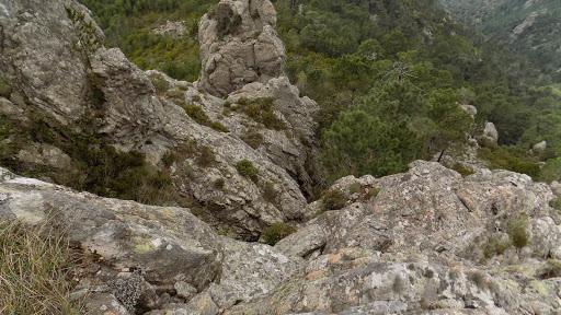 Sur l'arête rocheuse traversée pour rejoindre le couloir-cheminée de Punta Batarchjone Ouest