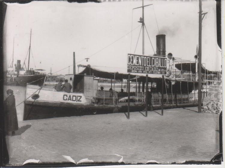Foto con copyright. Prohibida su reproducción. Vaporcito CADIZ en el puerto homonimo. Fotografía de Ramón Muñoz Blanco. Cádiz 1900. Julián Oslé Muñoz..tif