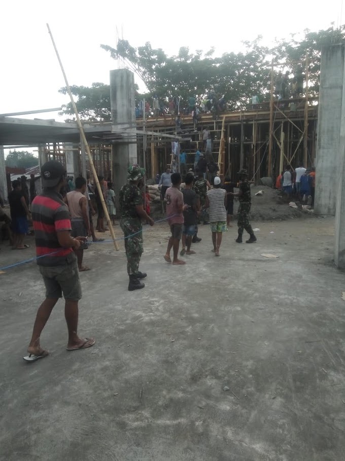 Manunggal dengan Rakyat, Personel Kompi Khusus Yonif RK 732/Banau ikut melaksanakan karya bakti membantu pembangunan masjid Al-Falah di Ds. Kusu, Kec. Oba Utara, Kota Tidore Kepulauan