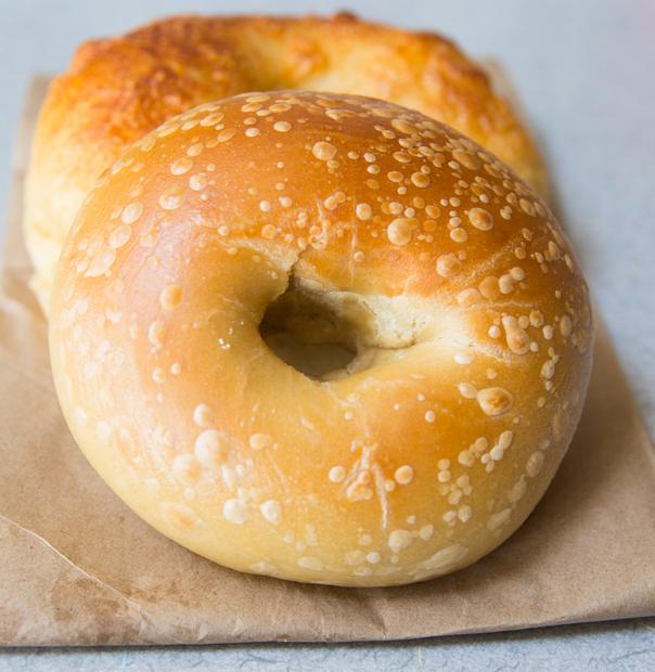 close-up photo of plain bagel