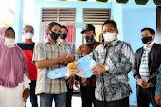 Rosmanidar Terharum saat menerima kunci rumah baru dari Wali Kota Banda Aceh