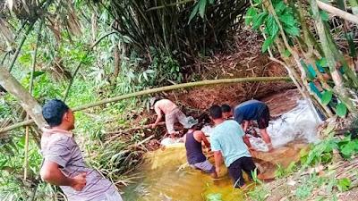 Antisipasi Musim Kemarau, Warga Bendung Sungai Untuk di Alirkan Ke Pemukiman Warga Agar Tidak Kekurangan Air Bersih