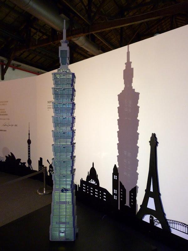 Taipei. Songshan Cultural and Creative Park. Nathan Sawaya. LEGO - P1220981.JPG