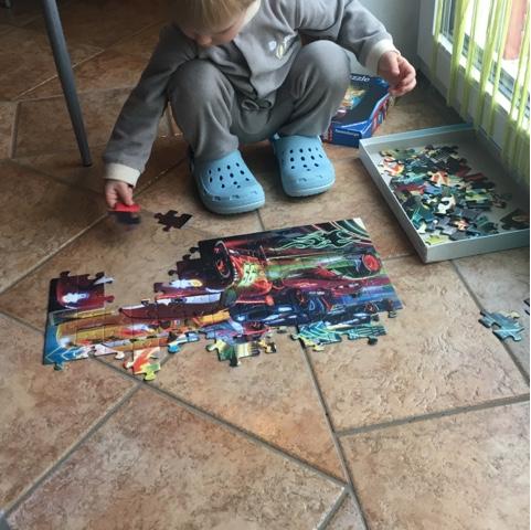 Kleinkind puzzelt 100-Teile-Puzzle