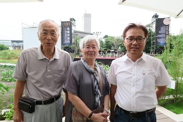 張維嘉與嫂嫂張陳淑燕及台灣歐洲聯盟研究協會副理事長周朝國合影。