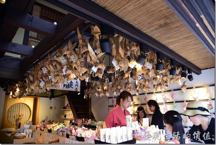 日本清水寺三年坂。其實工作熊也搞不清楚這家店到底在賣些什麼,就是覺得很特殊。