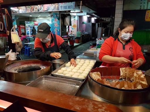 Making black pepper buns at Liuhe Night Market in Kaohsiung
