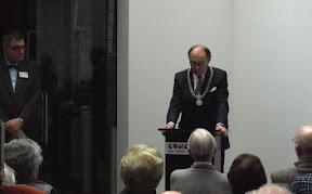 Interim burgemeester Fred de Graaf duidt het belang van herdenken tijdens de Stolpersteine bijeenkomst in Enschede.