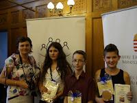 Kulik Szilvia igazgatóval a pelsőci alapiskola díjazottjai.JPG