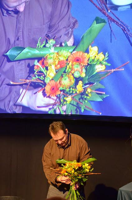 A la sessió de tarda, Gilles va mostrar com feia un bouquet guiat per una estructura de mimbre.