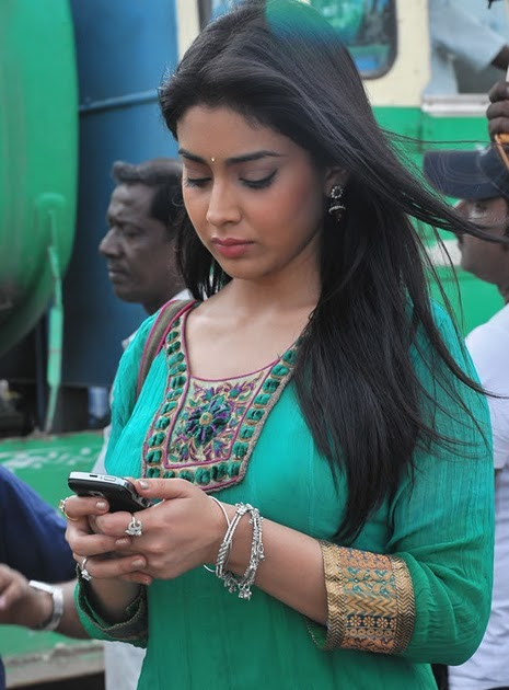 [Image: Shriya_Saran_Rowthiram_Movie_On_Location_Stills_01.jpg]