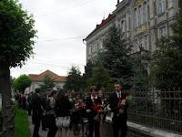 1A rimaszombati Tompa Mihály Református Gimnázium épületéből indul aballagási menet.jpg