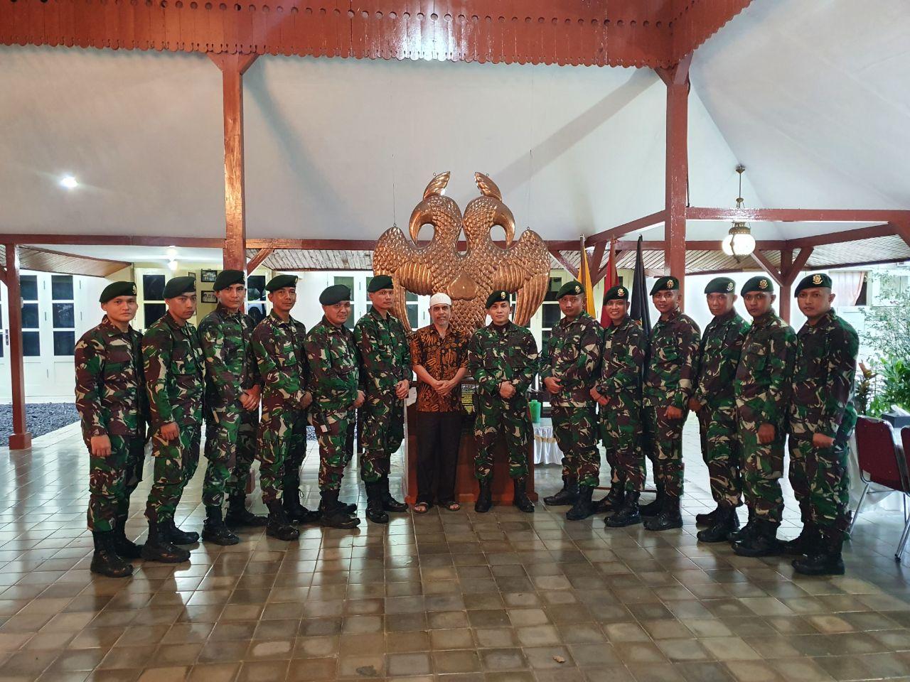 Satgas Yonarmed 9 Kostrad Silaturahmi ke Kesultanan Ternate sebelum kembali ke Purwakarta