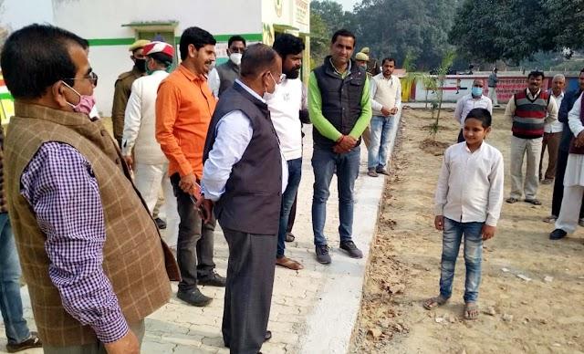 डीएम ने महराजगंज क्षेत्र के पार्क, विद्यालय, तालाब का किया निरीक्षण
