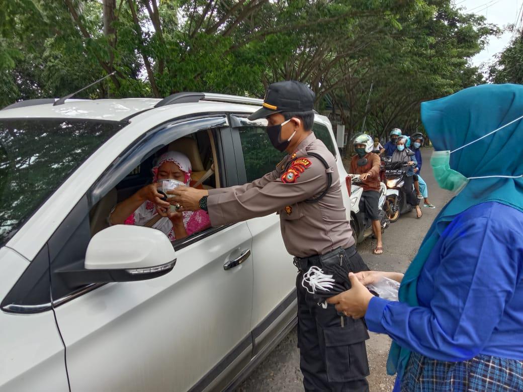 Personil Polsek Liliriaja Laksanakan Kegiatan Rutin Bagi Takjil di Bulan Ramadhan 1441 H